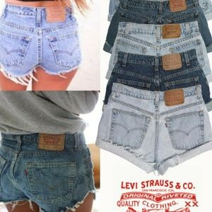 🎉HP🎉 Levi's Custom distressed raw hem Cutoffs